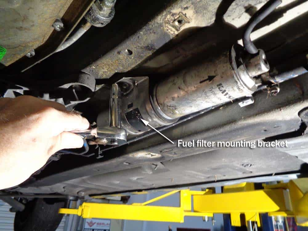 bmw E46 fuel filter - remove the filter mounting bracket