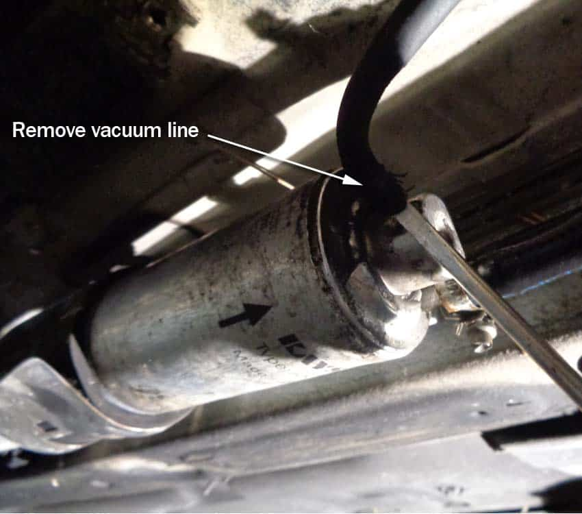 bmw E46 fuel filter - remove the vacuum line