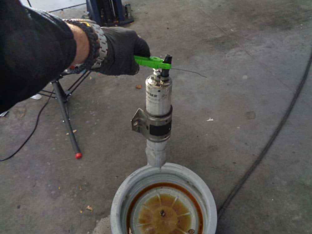 bmw E46 fuel filter - remove the fuel filter from the vehicle