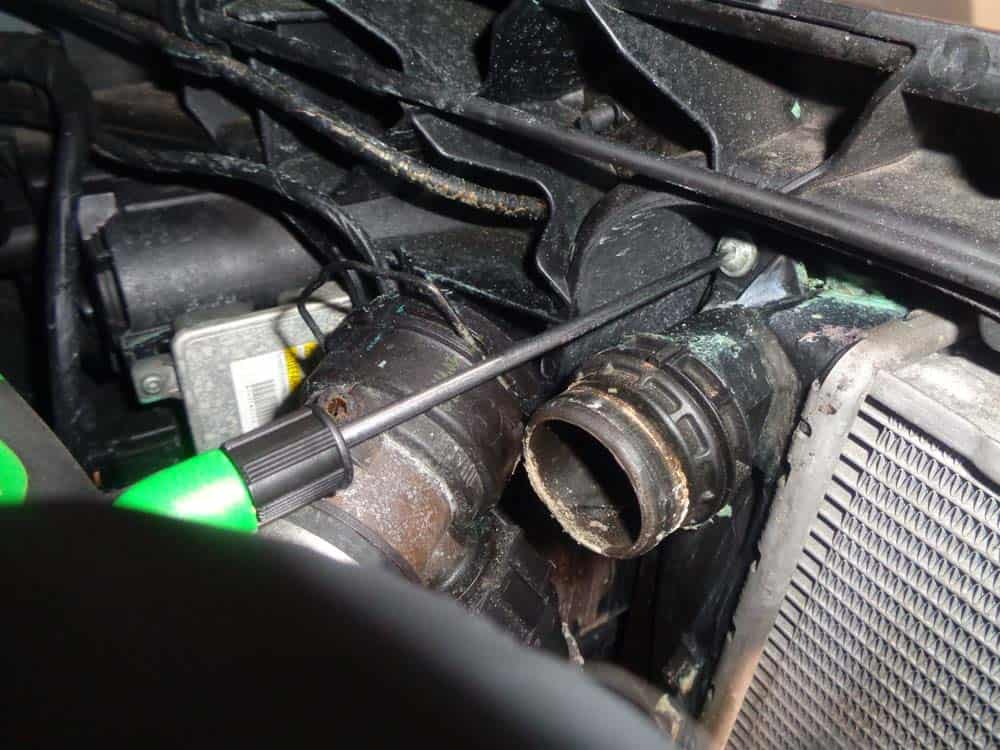 BMW E90 radiator - remove the upper radiator mounting bolts