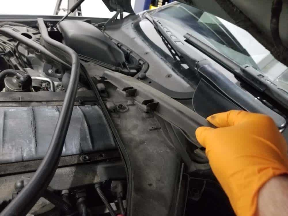 BMW N62 engine tune up - Remove the cover from the engine