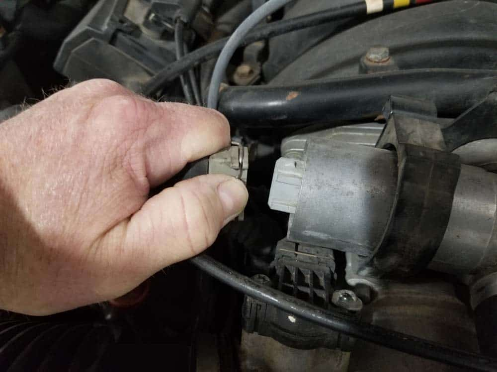 BMW M60 Idle Control Valve - Disconnect the idle control valve electrical connection