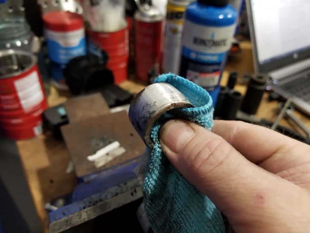 bmw e36 sway bar bushing replacement - clean link with rag
