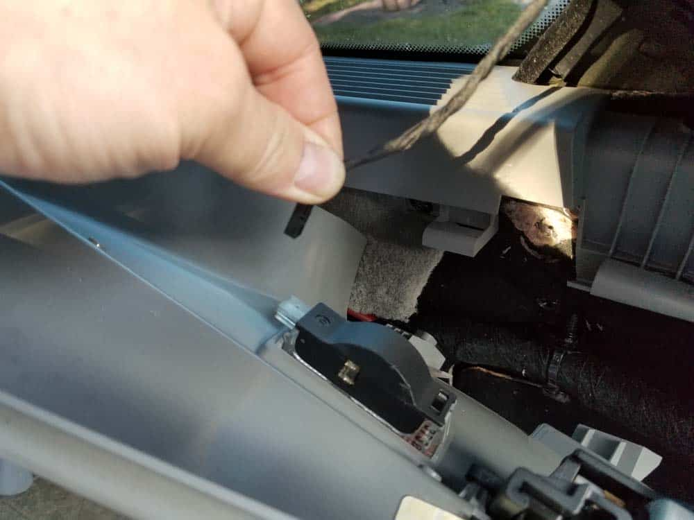 bmw e61 trunk leak - disconnect the electrical connector from D pillar