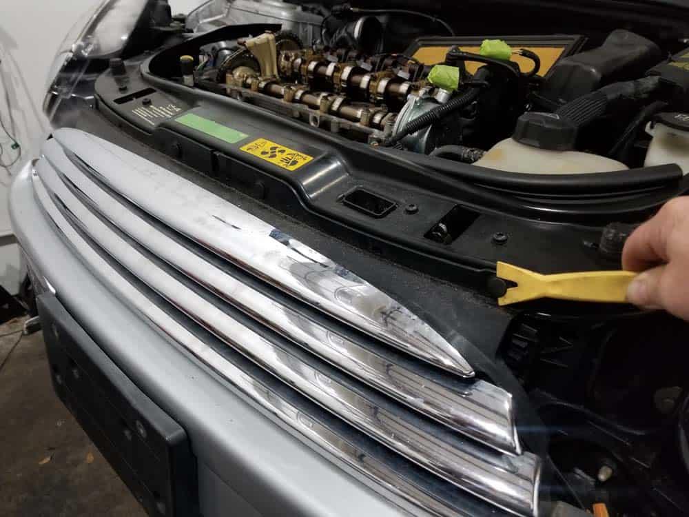 MINI R56 service position - remove grill rivets