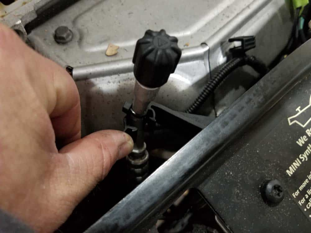 MINI R56 service position - disconnect a/c suction line