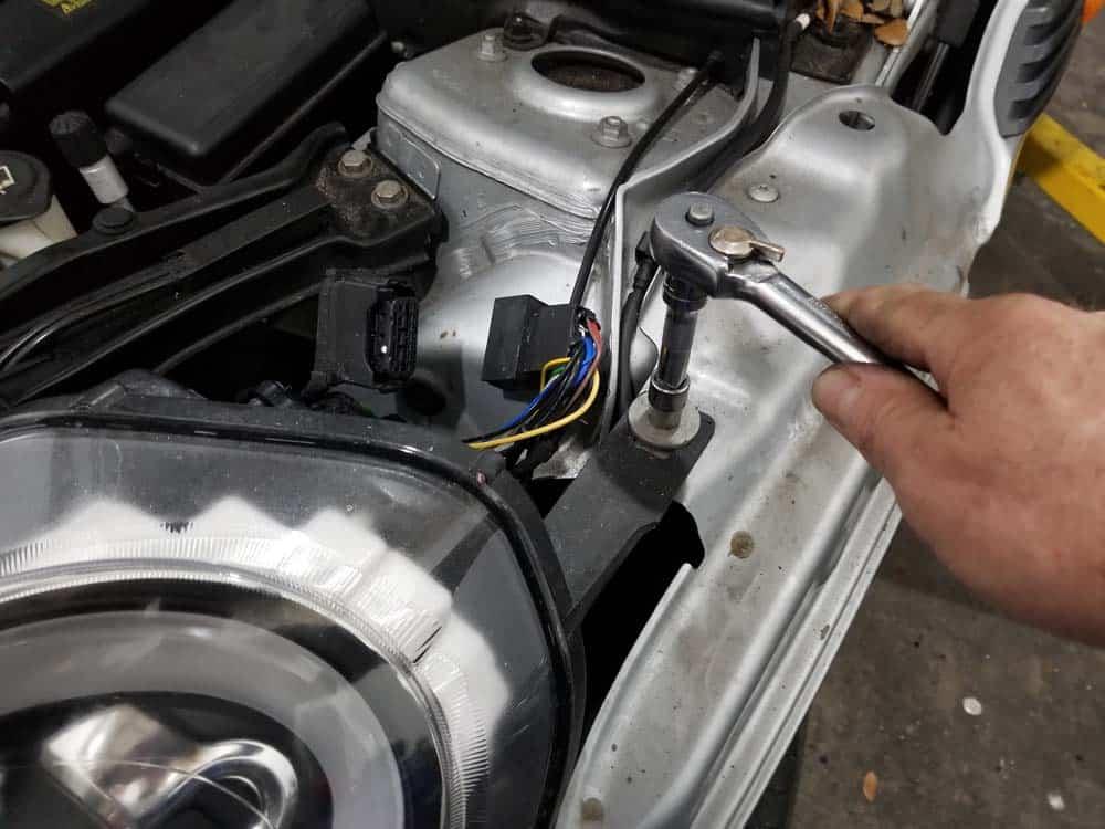 MINI R56 service position - unbolt headlight bracket