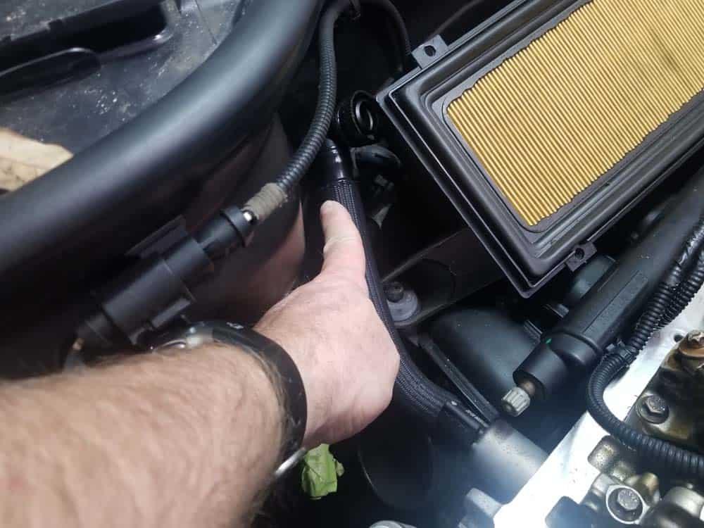 MINI R56 timing chain replacement - move the crankcase breather line