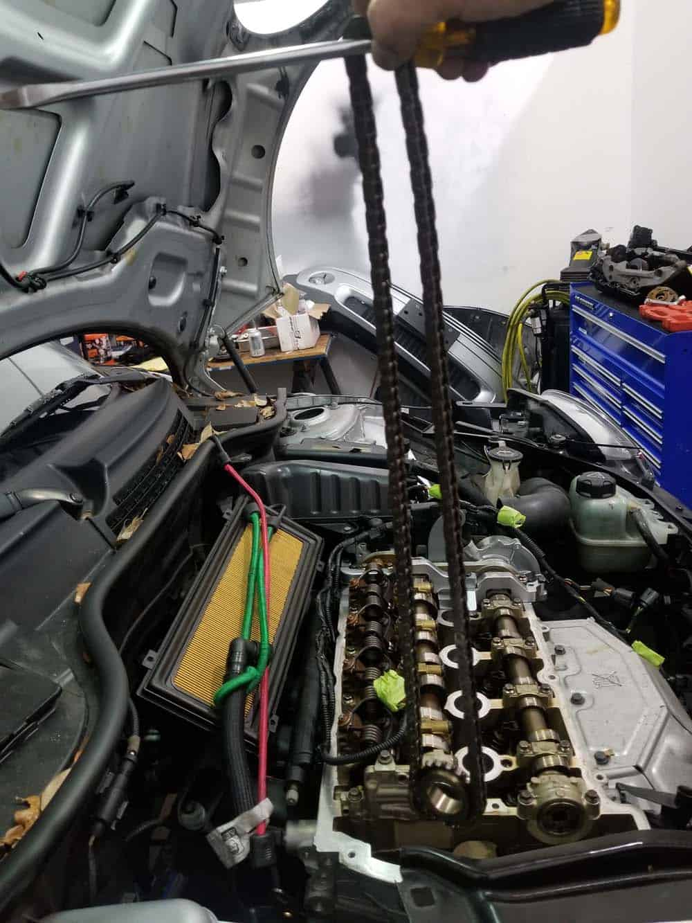 Remove the timing chain from the vehicle