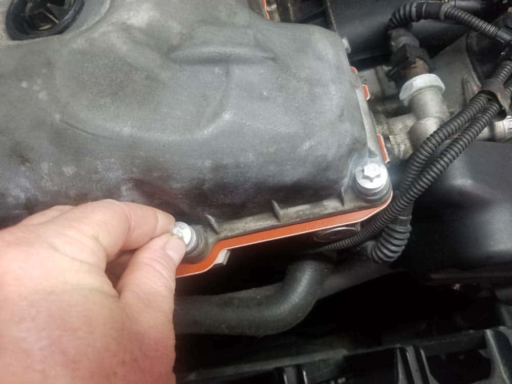BMW E60 valve cover repair - install new bolts finger tight