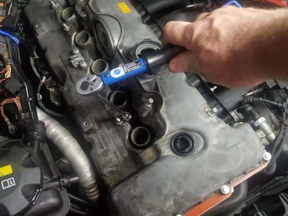 BMW E60 valve cover repair - torque the valve cover mounting bolts