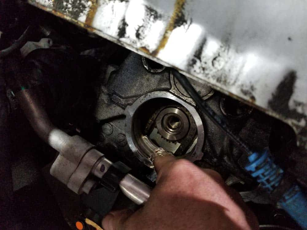 MINI R56 timing chain replacement - apply thin layer of engine oil to crankshaft opening