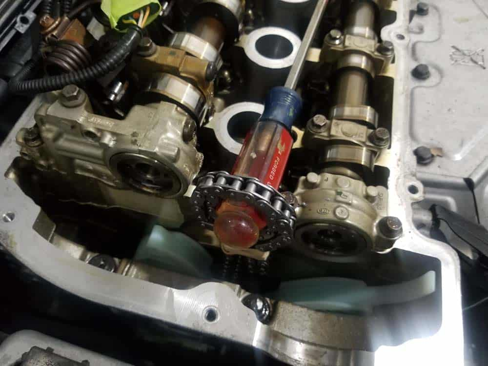 MINI R56 timing chain replacement - secure with a screwdriver handle