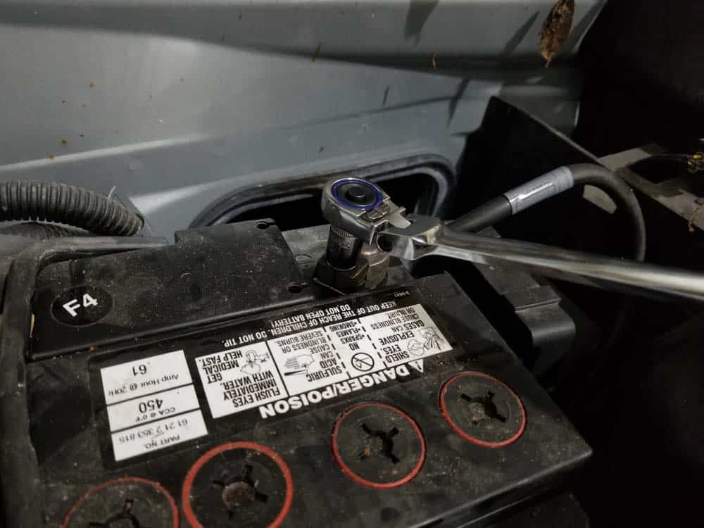 MINI R56 battery replacement - remove negative terminal lead
