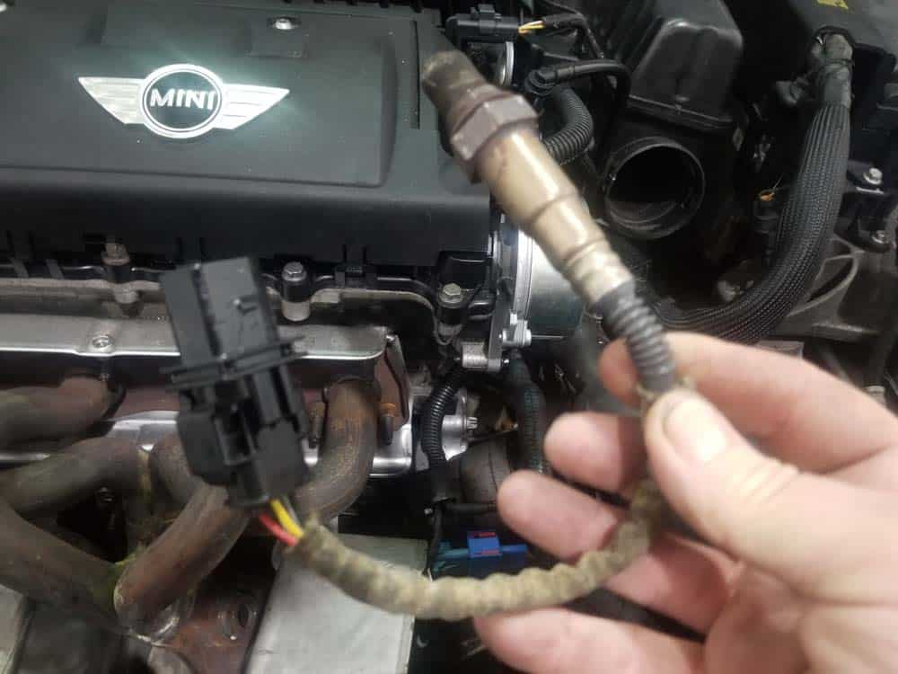 "MINI R56 oil filter housing leak repair - ""pre-cat"" oxygen sensor."