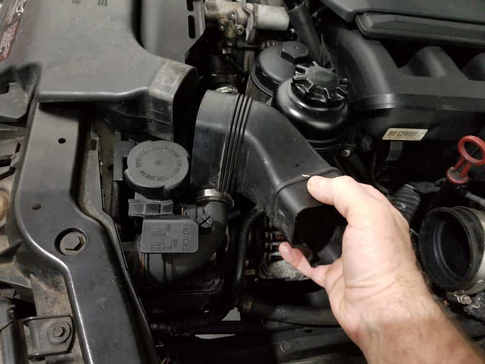 BMW E46 thermostat - remove the plastic air intake tube