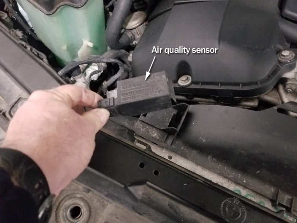 BMW E46 thermostat - remove the air quality sensor