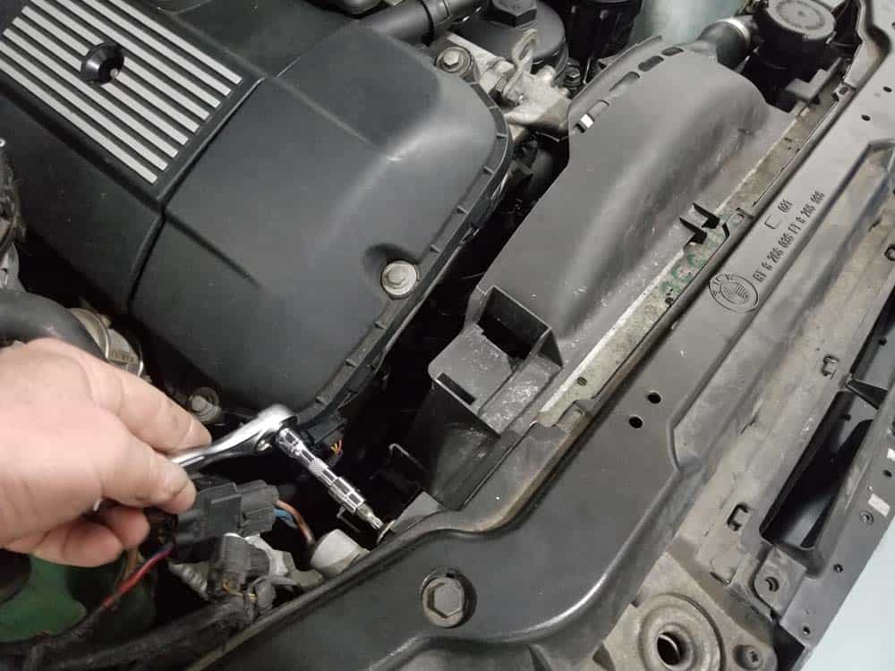 BMW E46 thermostat - remove the fan shroud anchor fasteners