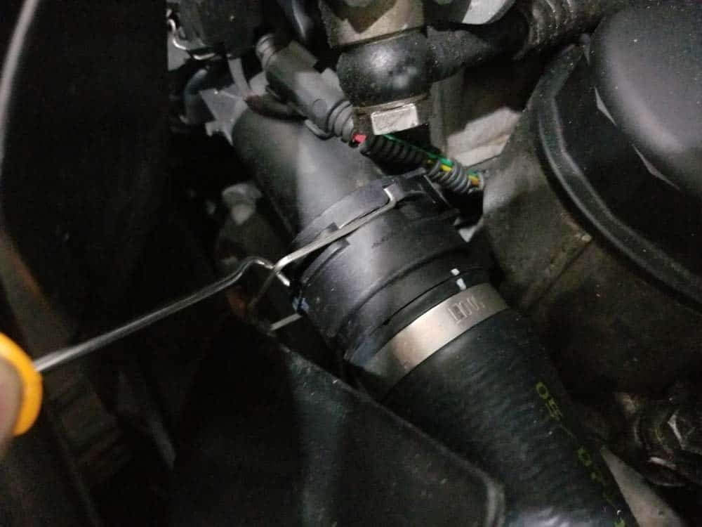 BMW E46 thermostat - release clip connecting upper radiator hose to thermostat