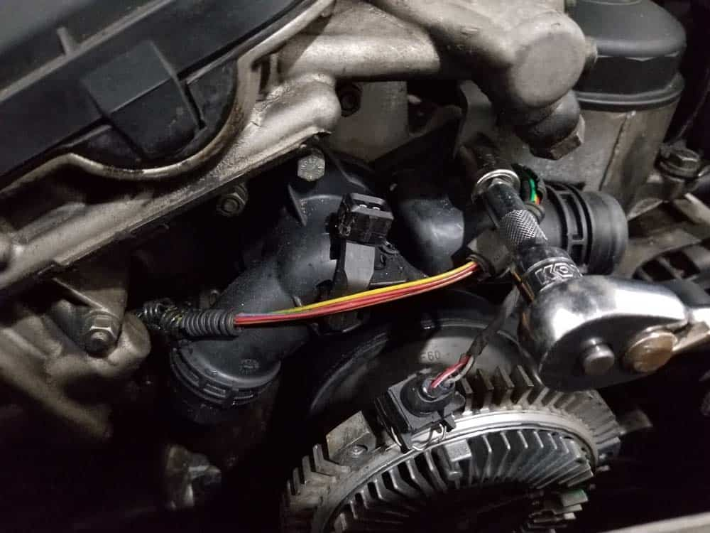 bmw e46 thermostat - remove the thermostat mounting bolts