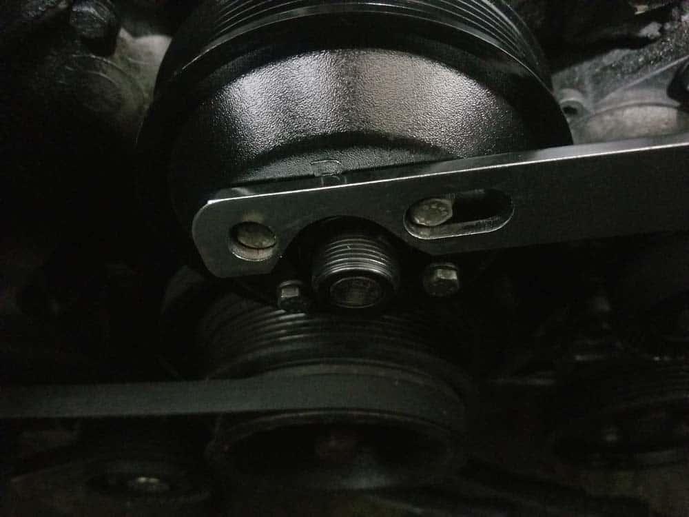 Fan clutch tool on water pump pulley