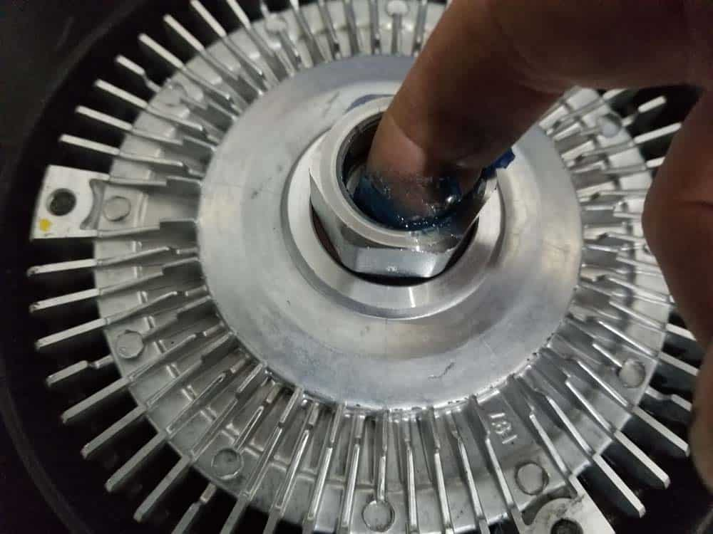 bmw e46 radiator - add some grease to the fan clutch nut threads
