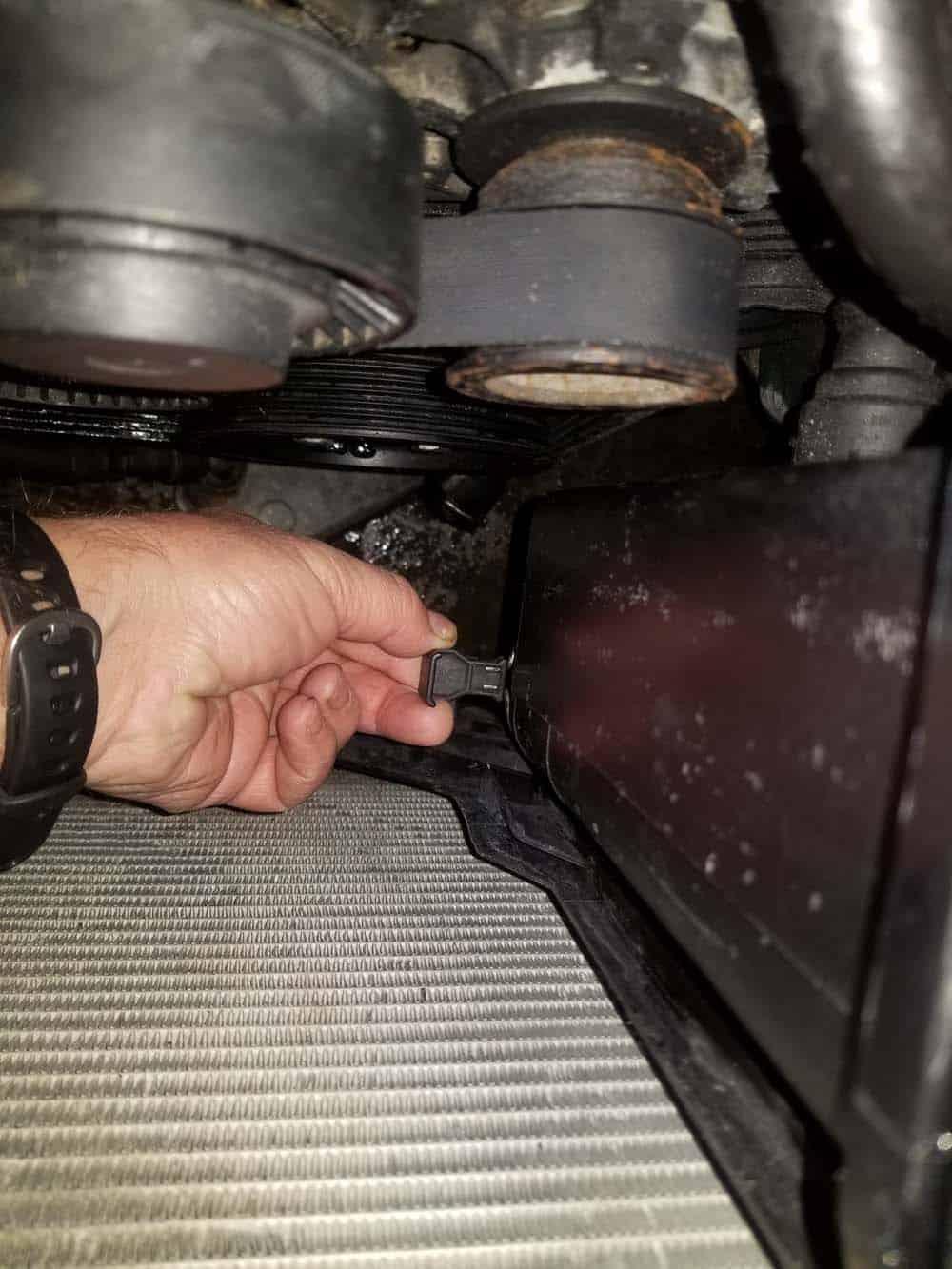bmw e46 radiator - expansion tank locking clamp