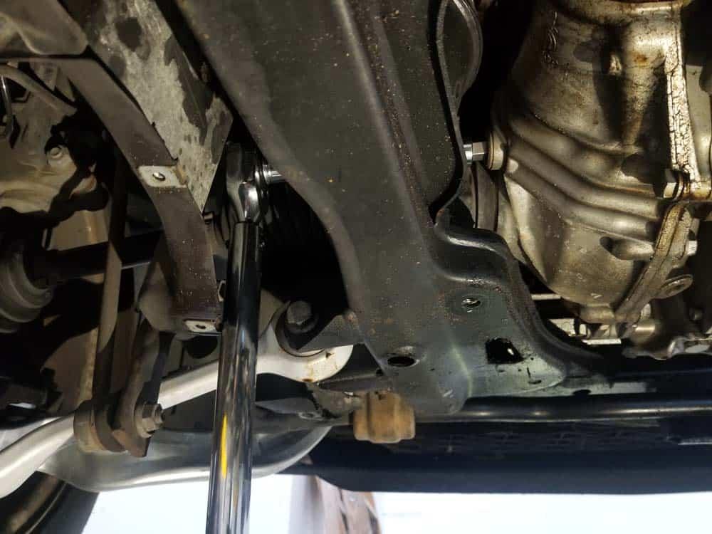 BMW E60 front differential service - Remove the fill plug