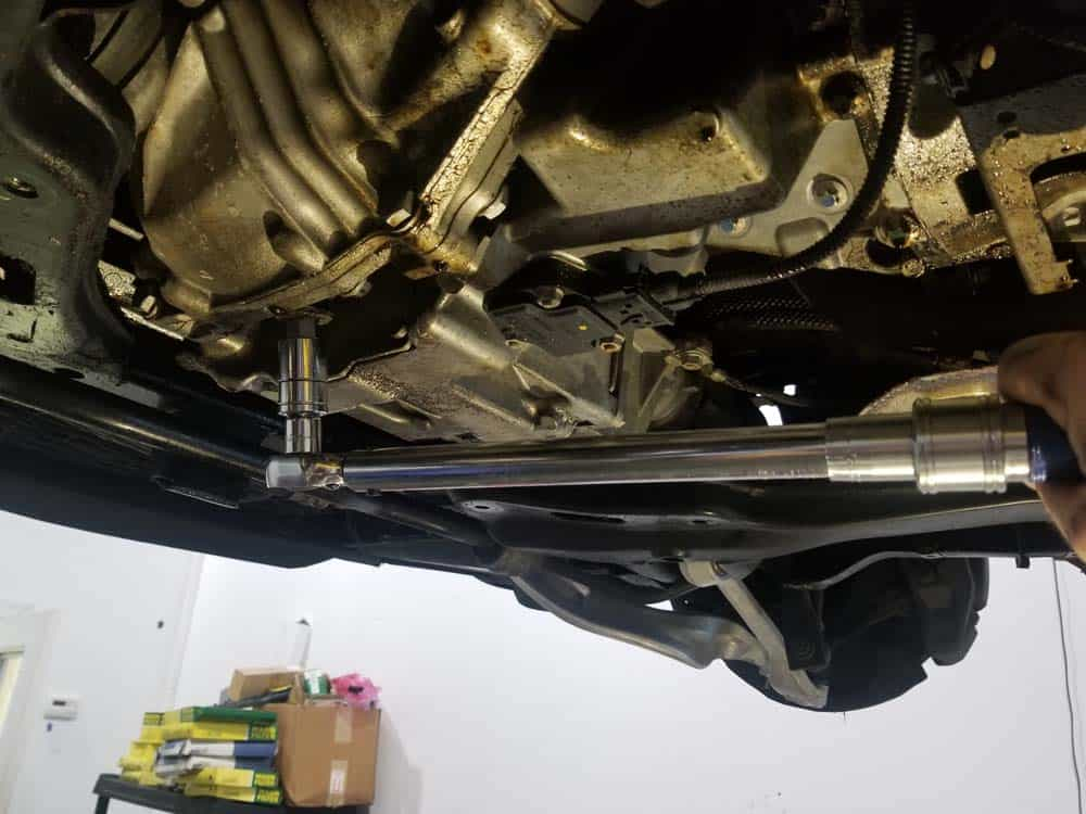 BMW E60 front differential service - Torque the drain plug to 60 Nm (44 ft-lb).