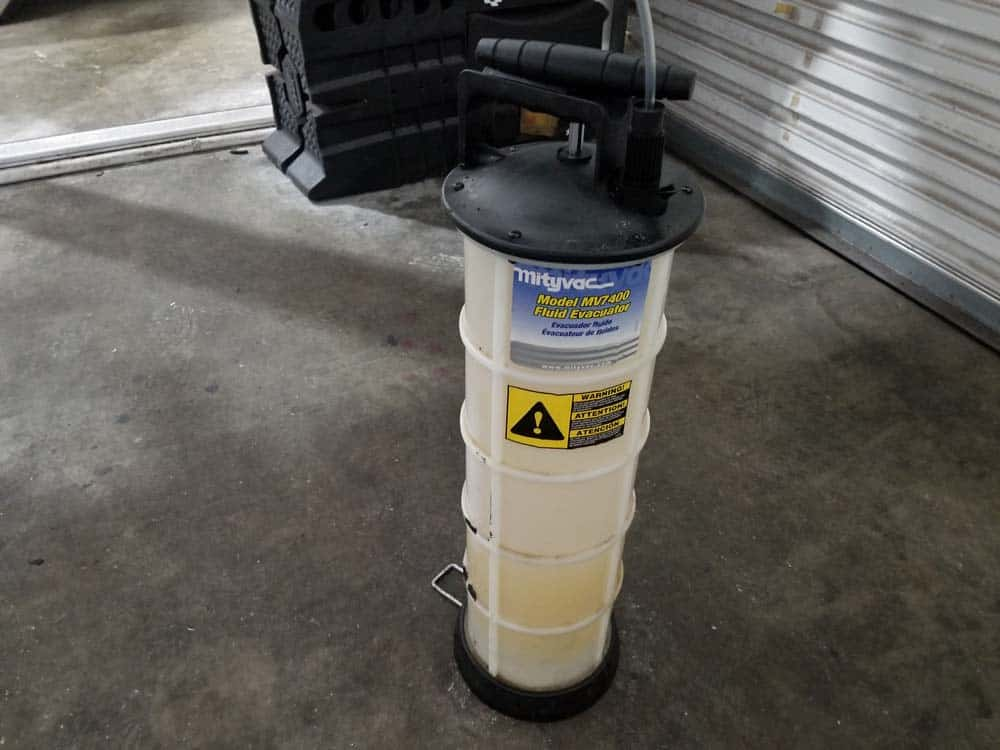 BMW E60 differential service - Fluid vacuum pump.
