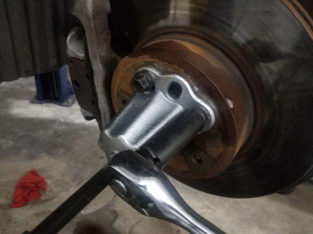 bmw e60 front axle shaft - Attach the hub puller with three lug nuts.