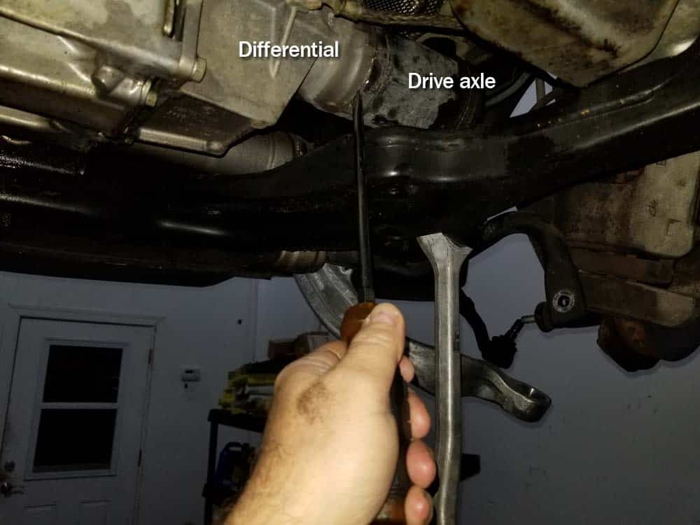 bmw e60 front axle shaft - Find the groove between the front axle shaft and the differential.