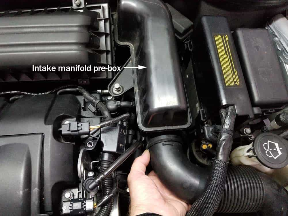 MINI R56 intake manifold - Remove the intake manifold tube from the pre-box.