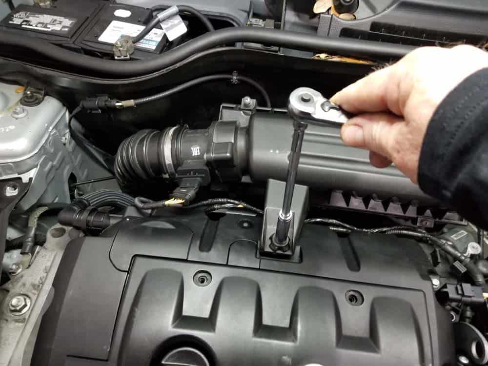 MINI R56 water pipe replacement - Loosen the intake muffler anchor bolt.