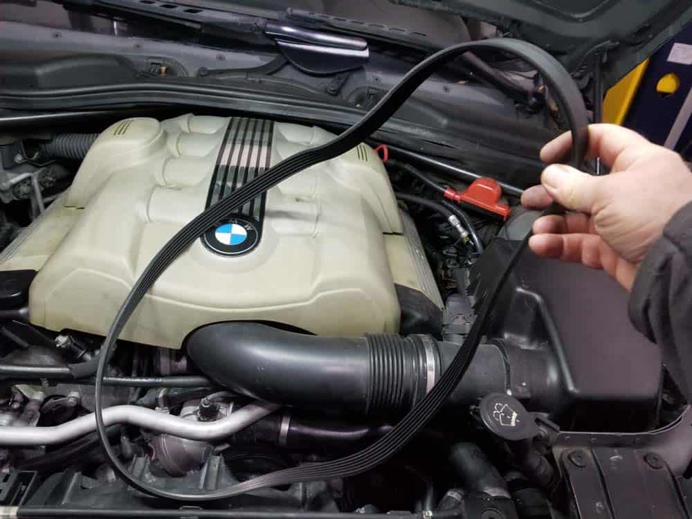 bmw E63 pulley replacement - Remove the accessory belt from the engine.