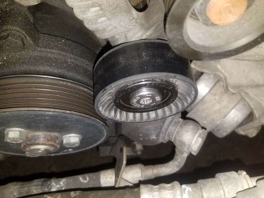 bmw E63 pulley replacement - Locate the deflection pulley and remove its dust cover.
