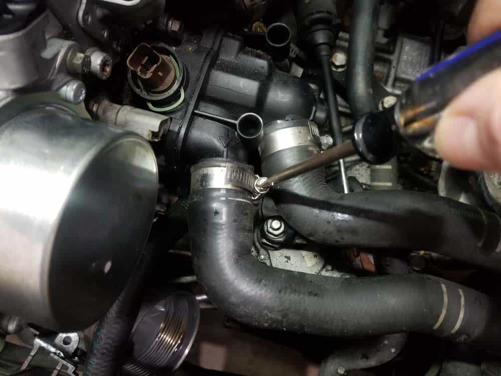 Mini R56 water pipe replacement - Remove the upper radiator hose from thermostat