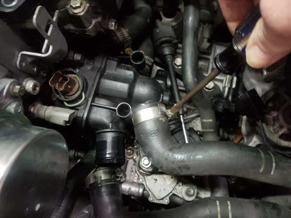 Mini R56 water pipe replacement - Remove the lowerr radiator hose from thermostat
