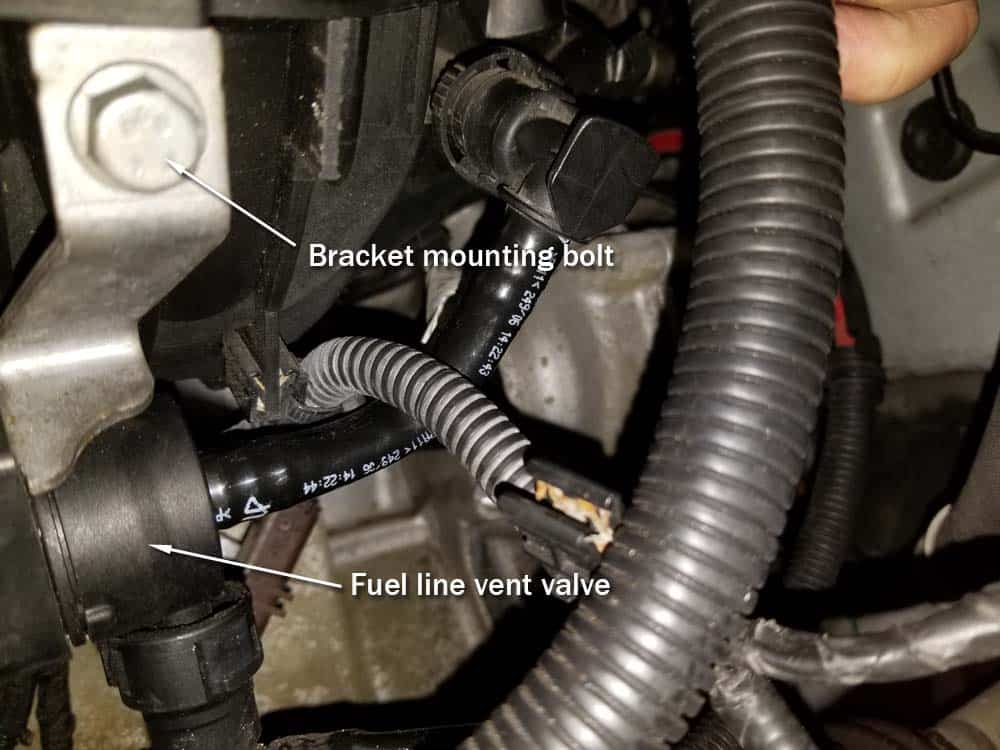 MINI R56 water pipe replacement - Fuel line vent valve