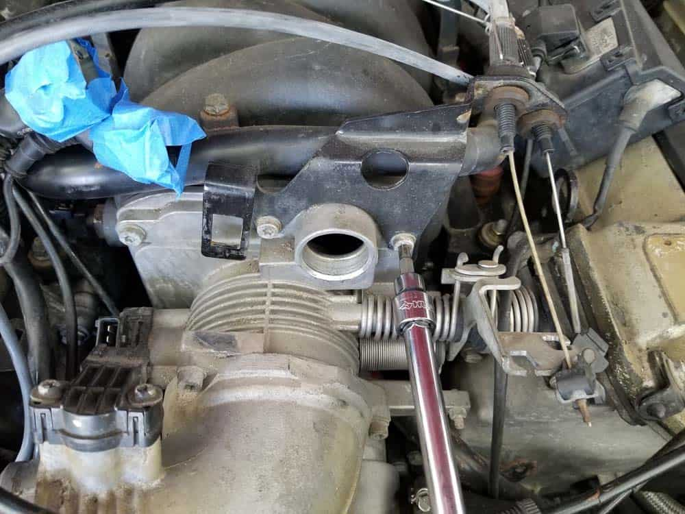 bmw M60 throttle body gasket replacement - Remove the T30 torx bolts anchoring the throttle cable bracket