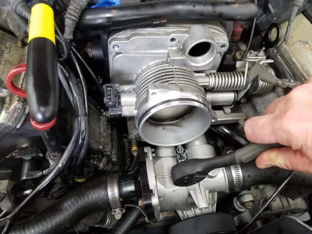 bmw M60 throttle body gasket replacement - Removing the center bottom bolt