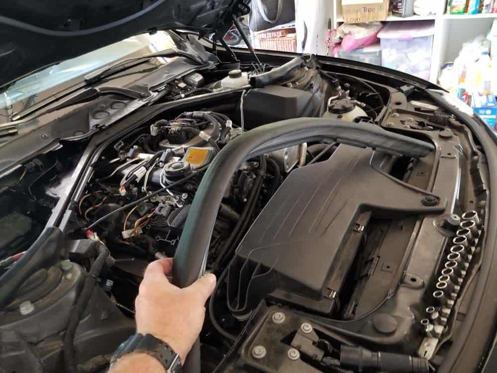 Remove the sealing gasket from the engine compartment.