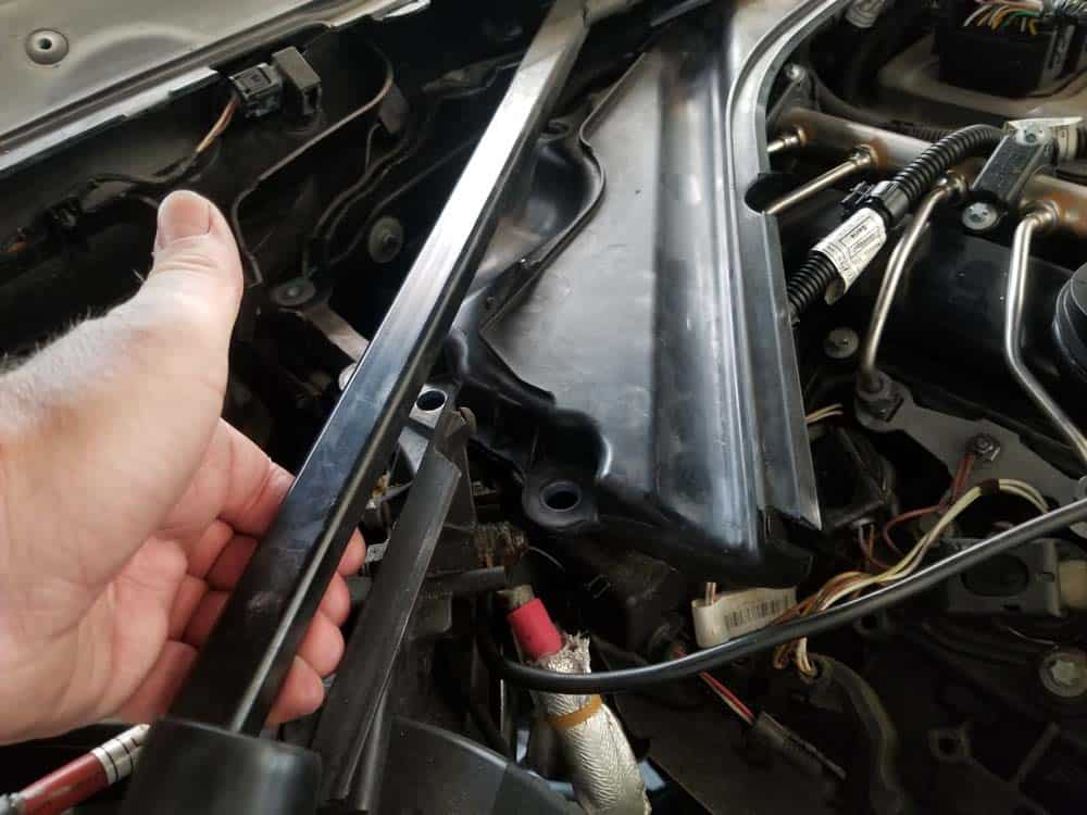 bmw f30 spark plug replacement - Lift the strut braces to remove the partition.