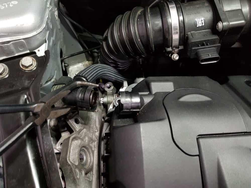 mini r56 water pump replacement - Remove the crankcase breather line