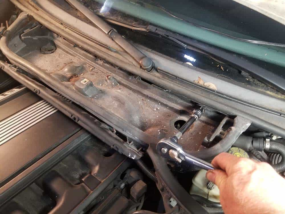 bmw m52 intake manifold removal - Remove the T30 screws anchoring the microfilter housing to the body of the vehicle