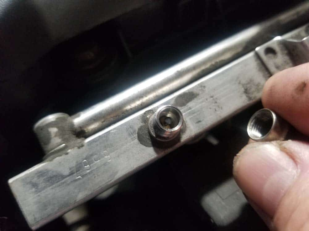 bmw m52 intake manifold removal - Remove the cap from the Schrader valve