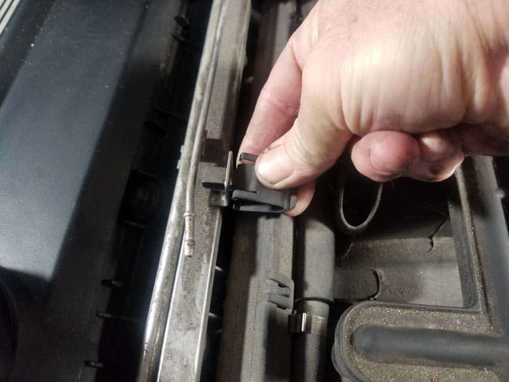 bmw m52 intake manifold removal - Also remove the oxygen sensor mounting clips from the fuel rail