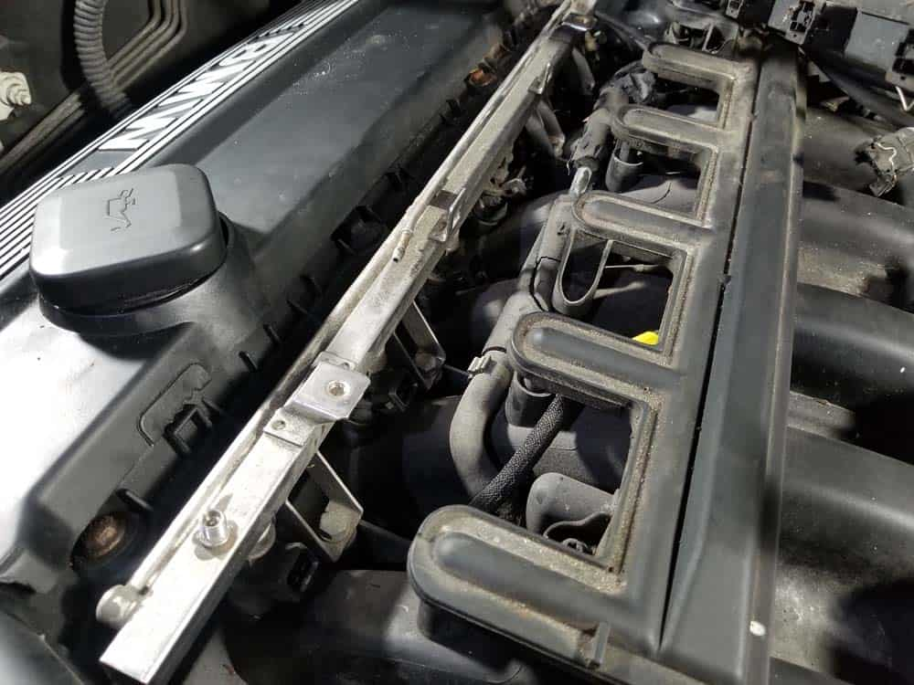 bmw e46 fuel injector replacement - The fuel rail mounting bolts can now be accessed.