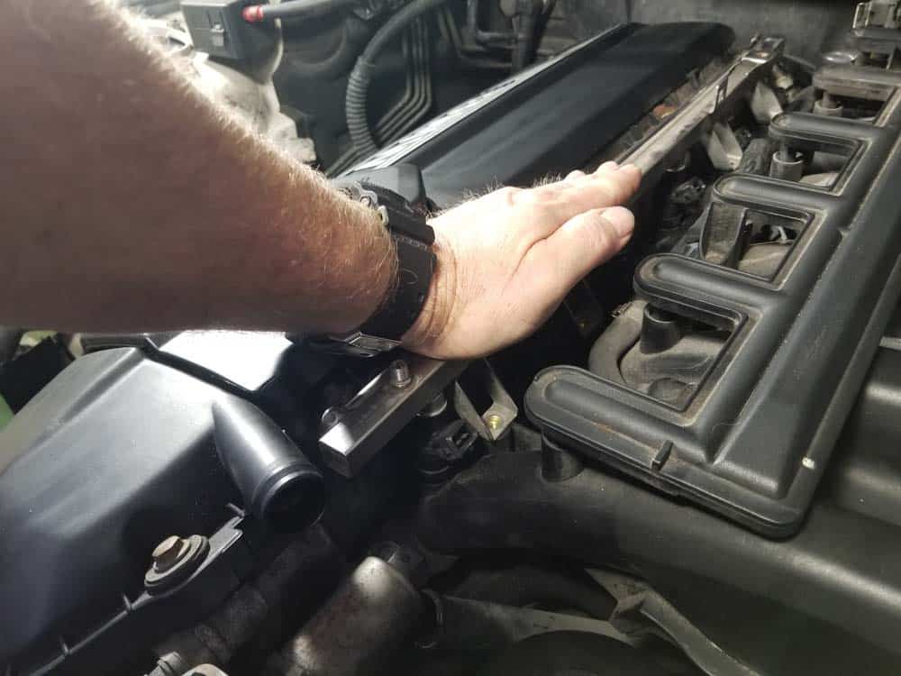 bmw e46 fuel injector replacement - Press the fuel rail down onto the injectors