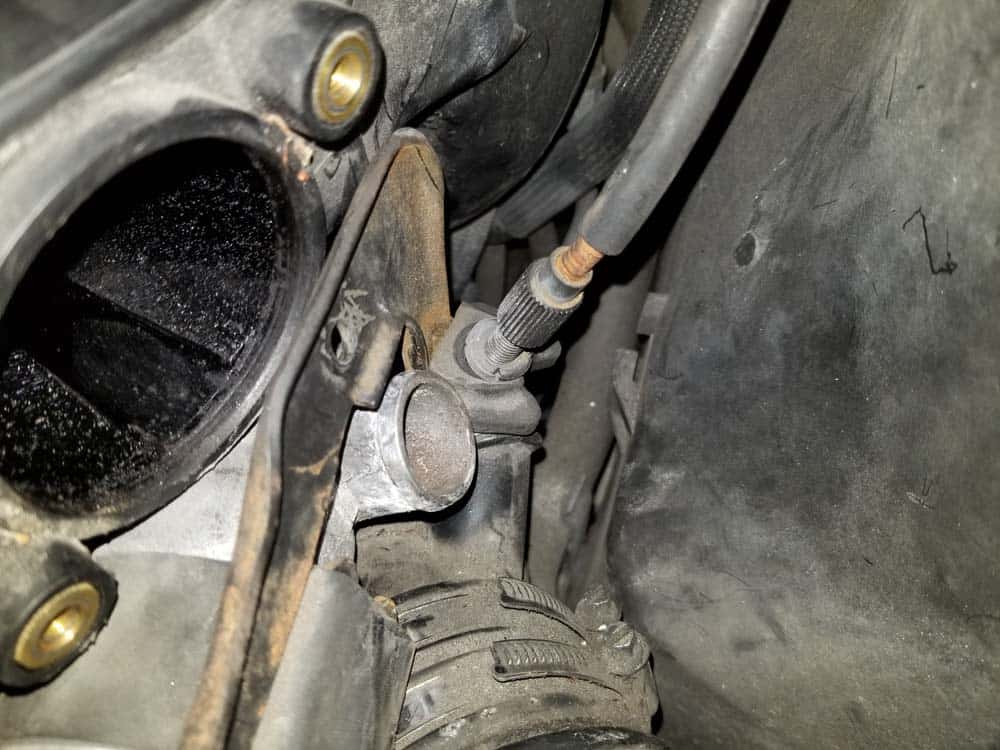 bmw m52 intake manifold removal - Locate the throttle cable attached to idle control valve bracket (M52 engine only)